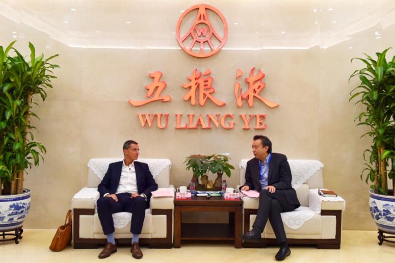 保乐力加中国总经理高晟天考察五粮液