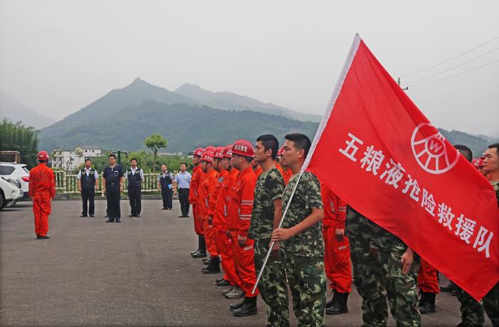 四川副省长尧斯丹肯定五粮液抢险救援队工作